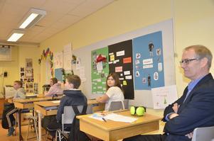 I skolbänken. Riksdagsledamoten Håkan Bergman (S) deltog i lektionen i klass 4C i Kanalskolan på måndagen. Foto: Katarina Hanslep