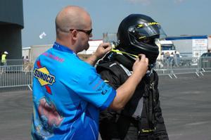 Tommy Johnson Jr får hjälp med säkerhetsutrustningen.