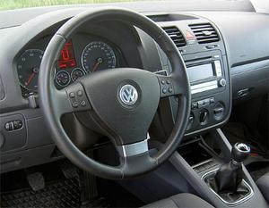 Förarmiljön i Volkswagen Golf är tydlig, men närsikten kunde vara bättre både bakåt och framåt.