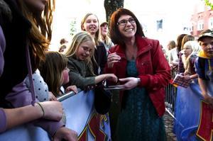 Tog sig tid. Marie Lindberg delade generöst ut kramar och autografer till väntande falubor. – Jag är så glad att de gillar mig, jag är fortfarande ovan vid uppståndelsen.