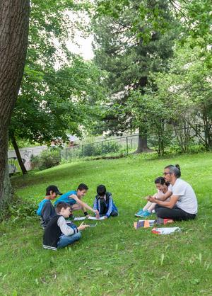 Skrivarverkstad i det gröna. Baree och några av barnen passar på att gå ut.
