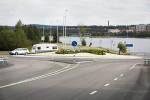 Cirkulationsplatsen vid Vallaleden-Vallsundsbron byggdes samtidigt som den vid Vallaleden-Fröjavägen-Önevägen.