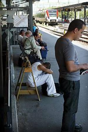 Foto: LASSE HALVARSSON Lång väntan. Det har varit stora problem vid bytet av den gamla järnvägsbron i Ockelbo, vilket många resenärer vid bland annat tågstationen i Gävle märkt av. Tiden för tågstoppet på norra stambanan vid Ockelbo förlängs därför med tio timmar. Först klockan tre i eftermiddag kan spåret vara öppet för trafik igen och allt arbete med ledningar och spår ska vara slutfört.