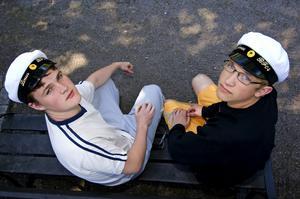 Dyr student. Linus Fagerlin och Jonas Blomqvist som går barn- och fritidsprogrammet på Kristinegymnasiet tycker att det är dyrt att bli student. Linus har sparat ihop pengar själv till det mesta, Jonas föräldrar betalar omkostnaderna för honom.