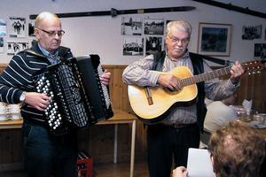 Bror Fagerhov och Tord Berbres underhöll med sång och musik. De framförde sångtexter av bland andra Calle Öst och Dan Andersson.