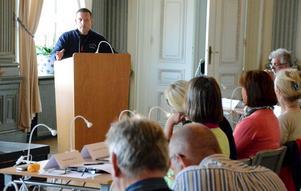 I talarstolen. Magnus Jonsson diskuterade sitt medborgarförslag om 30 timmars förskola för barn till arbetslösa med politikerna i Noras kommunfullmäktige på onsdagskvällen.