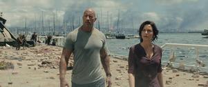 När jordbävningarnas jordbävning är ett faktum får Dwayne Johnson och Carla Gugino kämpa för livet och mot alla tänkbara klyschor som uppenbarar sig i
