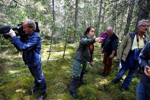 Ett mindre medieuppbåd följde med representanterna för de båda miljöorganisationerna till Kråktjärn i går. Organisationerna vill sätta fokus på problemet med att gammelskog försvinner och ersätts med skogsplanteringar.