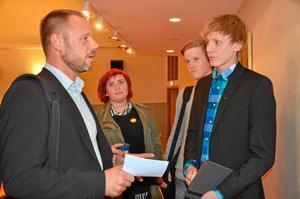 Måndag kl 20.00. Erik Teerikoski från Hjortkvarn passar på att diskutera skolfrågor med kommunstyrelsens ordförande Andreas Svahn(S) efter kommunfullmäktige. Sara Otterström och Carl Kling lyssnar intresserat.