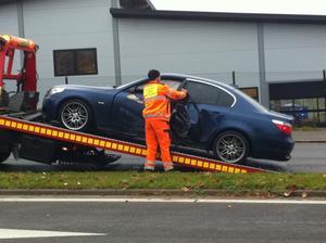Bilen fick bärgas efter kraschen.
