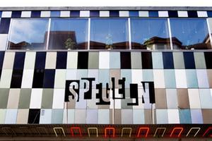 Emaljerad plåt på före detta biografen Spegelns fasad på Norra Köpmangatan.   Foto: Ur boken