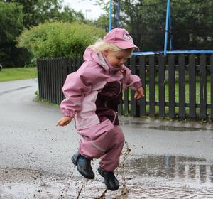 Med allt negativt som regnet medfört de senaste veckorna tyckte vi att det var bättre att försöka göra något positivt av det. Så vi drog på regnkläderna och gick ut och hoppade i alla stora vattenpölar vi hittade, och det uppskattade verkligen barnen! Bilden är på vår 3,5-åriga tjej Leah som tycker det var helt underbart att få kladda ner sig!