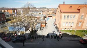 Kön sträckte sig ett hundratal meter bort från kulturskolan.