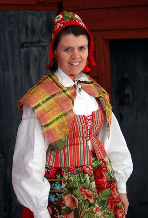 Anna-Karin Jobs Arnberg visar en av Flodadräktens varianter.