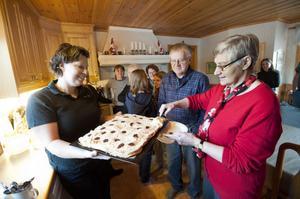 Linda Tidigs till vänster bjuder Inga Mattsson Lissel och Ingemar Lissel på egentillverkad marängtårta.