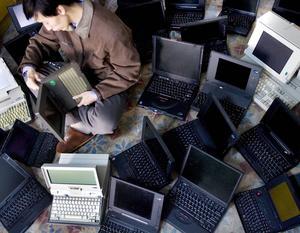 En man på Falu kommuns IT-enhet köpte datorer i kommunens namn och sålde dem sedan vidare. Mannen på bilden har inget med artikeln att göra. Foto: Andy Wong/Scanpix.