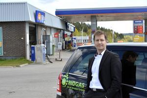 Här på Statoil Gärde sätts de nya pumparna upp. Johan Klockar Öhrnell på Sundsvalls kommun har utrett frågan om biogas.