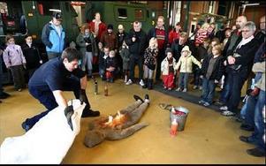 -- Nu brinner det! Christian Hemmingsson visade hur man släcker elden med hjälp av en filt. FOTO:BERIT DJUSE