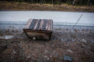 Alla förstörda jakttorn låg nära grusväg.