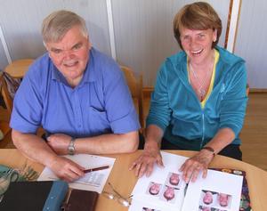 Arne Bogghed och Pell Birgitta Andersson har nu godkänt de första nio elever som får Besparingsskogens stipendium på 6 000 kronor var för att de pratar älvdalska. Foto:Björn Rehnström
