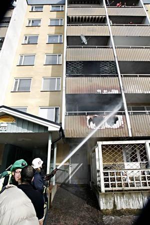 Det brann för fullt när brandmännen kom till huset, men branden var lätt att släcka.Enligt brandkåren kan det ha varit något på balkongen som sprack av värmen och orsakade två hål i balkonen. Foto: Gu wigh