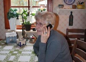 I huset i bakgrunden bor Saina Grefstads syster. Hon har både bredband och fast telefon, men för Saina går det inte att få.