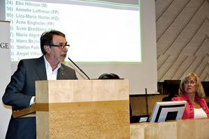 Barn- och utbildningsnämndens ordförande João Pinheiro (S) tog upp att det är viktigt att komma ihåg den kompensatoriska uppgift som skolan har för att hjälpa elever som inte har det lika väl förspänt hemifrån.