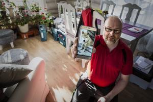 Husse Tony Nordstrand med en bild på Putte. På samma plats som han senare fick somna in med familjen vid sin sida.