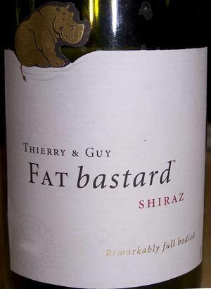 Fat Bastard Shiraz 2010, Frankrike (2281) 89 kronorUdda namn på ett franskproducerat vin. Men riktigt gott med druvtypiska lite rökiga charkuteritoner i en mörk, fattonad bärighet. Bra val till grillat kött och mustiga grytor. Väl prisvärt.