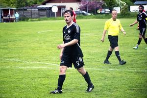 Han är back i ishockey, men när Tommy Stenqvist gör comeback i medelpadsfotbollen så är det som central mittfältare i Medskogsbrons BK och division IV.