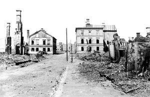 Dagen efter branden såg det ut så här efter Köpmangatan. Det här är två stenhus som stod kvar med omfattande skador och i mitten längst bort ses Hedbergska skolan byggd i sten. Trähusen är borta.