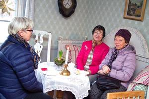 Anna Maria Lövdin Olsson, Maj-Lis Hammarbäck och Gun Andersson har svårt att välja någon favorit bland alla de bakverk som serverades..