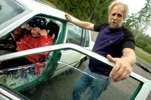 Kör fort. Det gör rullstolsburne Stig Lundberg. Här har han precis fått hjälp in i bilen av Jens Larsson.