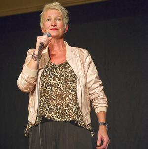 Anki Kull i sin egen hyllning till hembygden; hennes egen tolkning av Stockholm i natt blir Vôllan idag.