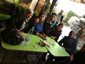 En av bilderna som 25-åriga Maryam Baytam har på sin mobil. Maryam är den andra från höger på bilden. Till vänster om henne sitter de två kvinnorna som äger skönhetssalongen hon arbetade på.