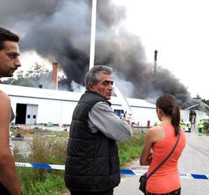 Hüssyin Cicek, en av Global Pacs delägare, kunde bara se på när lågorna slukade fabriken.