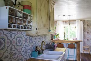 En gammal kryddhylla fick ta plats i köket och mixas snyggt ihop med marockanskt kakel och ett gammalt skåp som tidigare stod i det ursprungliga huset som fanns på gården.