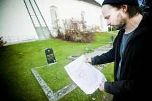 Anders Assis med kartan i hand. Några meter bakom Landgrens grav kan resterna av Hälsinglands västligaste runsten vila.