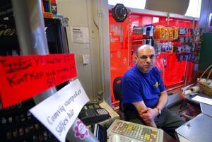 Tar avgift. Tre kronor i avgift. Det tar Mustpaha Nasser när kunder insisterar på att göra kortköp på summor under femtio kronor.