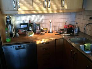 Arbetsbänk. En arbetsbänk som är full av prylar gör ett kök väldigt svårjobbat.
