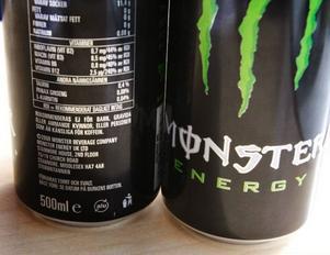 På en av burkarnas baksida finns en text som visar att tillverkarna inte rekommenderar energidrycken för bland andra barn.