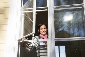 Med detaljer som gammaldags buckligt kulturglas väcker Karin Li liv det gamla huset.