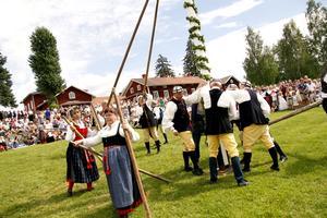 Med precision och kraft lyckades folkdanslaget att resa midsommarstången under glada hejarop från publiken.