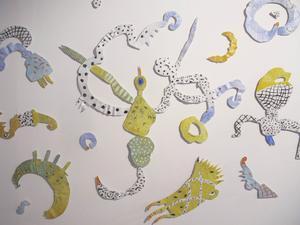 Anne Carlquist har arbetat med tunn plåt, papper, lim och färg. Budskapet är positivt.