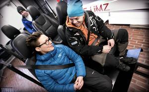 Tidningens testpilot Magdalena Prevéus och Mikael Wikholm från Fränsta trafikskola provar krocksläden.