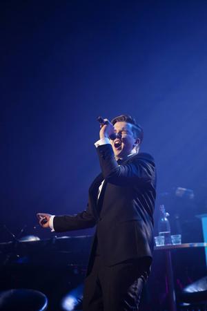 Lars Sjöblom på scen. Som 19-åring är han den yngste lokala-Frank-Sinatran hittills på turnén.