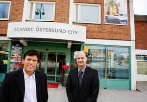 Bräckebördige Stefan Karlsson och Ingemar Jonsson blir nya delägare till hotell Plaza i Östersund.  I går blev affären klar. Foto: Ulrika andersson