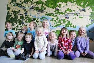 På en vägg i ett av rummen har förskolelärare Christina Beijergård gjort en väggmålning över Söräng med omnejd, ända bort till Granberg. Foton på barnen och deras hus visar var alla bor.