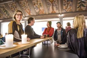 Ulrika Viklund och Andreas Eriksson äter frukost och minglar när House Be har fredagsfrukost för företagare i Åre.