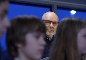 Elever och personal på Kästa skola säger att Brian Enos konstverk gjort skolmiljön lugnare. Det gör konstnären mycket glad.